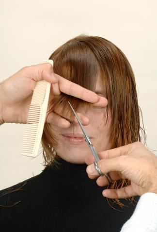 Definimos el flequillo con una linea de contorno diagonal y dentada.- Corte con asimetrías