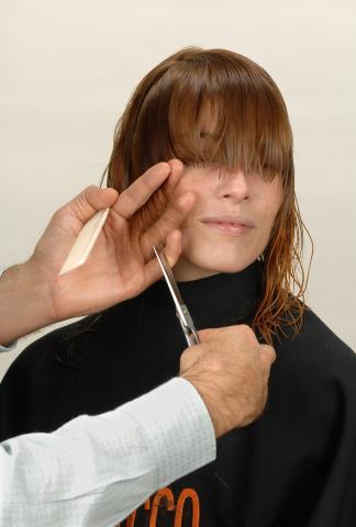 Defino el lateral derecho dentando a punta de tijera.- Corte con asimetrías