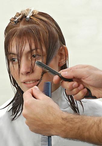Genero línea de contorno en el lateral deslizando el razor. Corte personalizado con razor