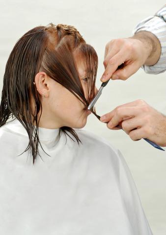 En el otro lateral genero línea de contorno deslizando el razor y texturizo a punta de razor. Corte personalizado con razor