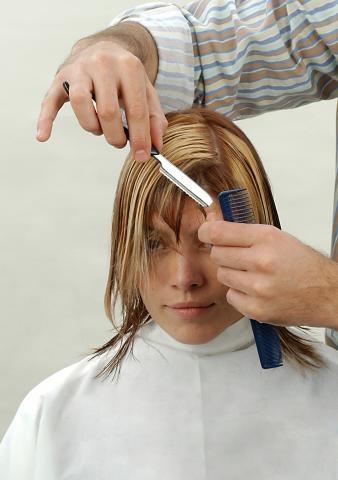 Corto el flequillo a punta de razor Corte personalizado con razor